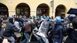 Scontri bologna 25 ottobre 2016 polizia carica gli studenti