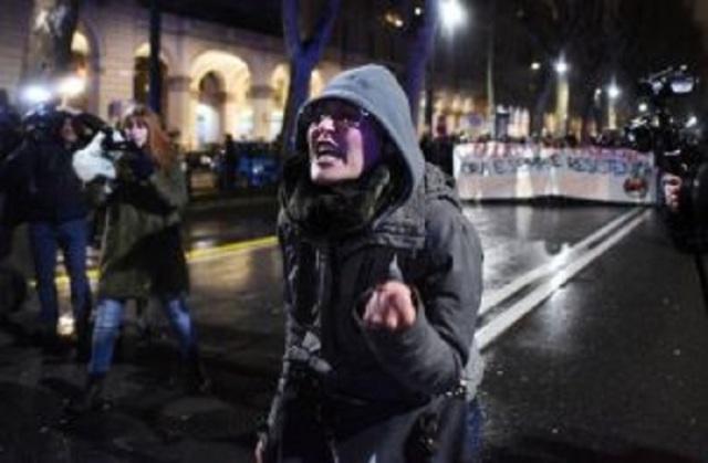 LAVINIA FLAVIA CASSARO, LA PROF CHE AUGURA LA MORTE AI POLIZIOTTI TORNA IN PIAZZA CONTRO CASAPOUND